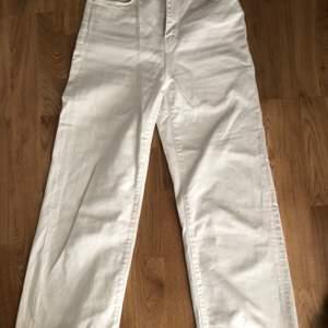 Säljer mina vita jeans från zara, sitter tajt upptill och går vida nertill. Endast använda ett fåtal gånger