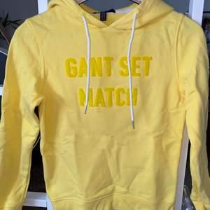Riktigt snygg knallgul hoodie från Gant. Har tyvärr aldrig kommit till användning!