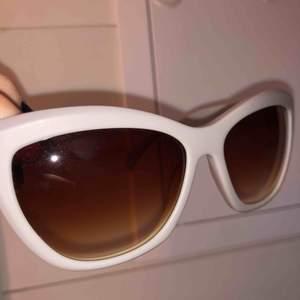 Snygga solglasögon från liebeskind. Vet ej vad den kostar nypris då jag fick dem av min monster som jobbar som optiker. Aldrig använda, inga repor osv.