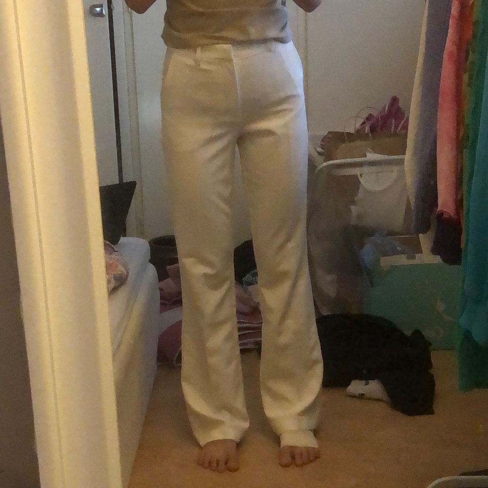 first of all förlåt för mitt extremt stökiga rum. Skitsnygga vita kostymbyxor använda 1 gång på en vit fest. Perfekt skick. Fickorna där bak är fake men dom har två fickor på sidorna. JAG ÄR 164! Lite större i midjan. Jeans & Byxor.