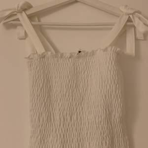 Supersöt smockat linne från Ginatricot. Knytningar på båda axlarna