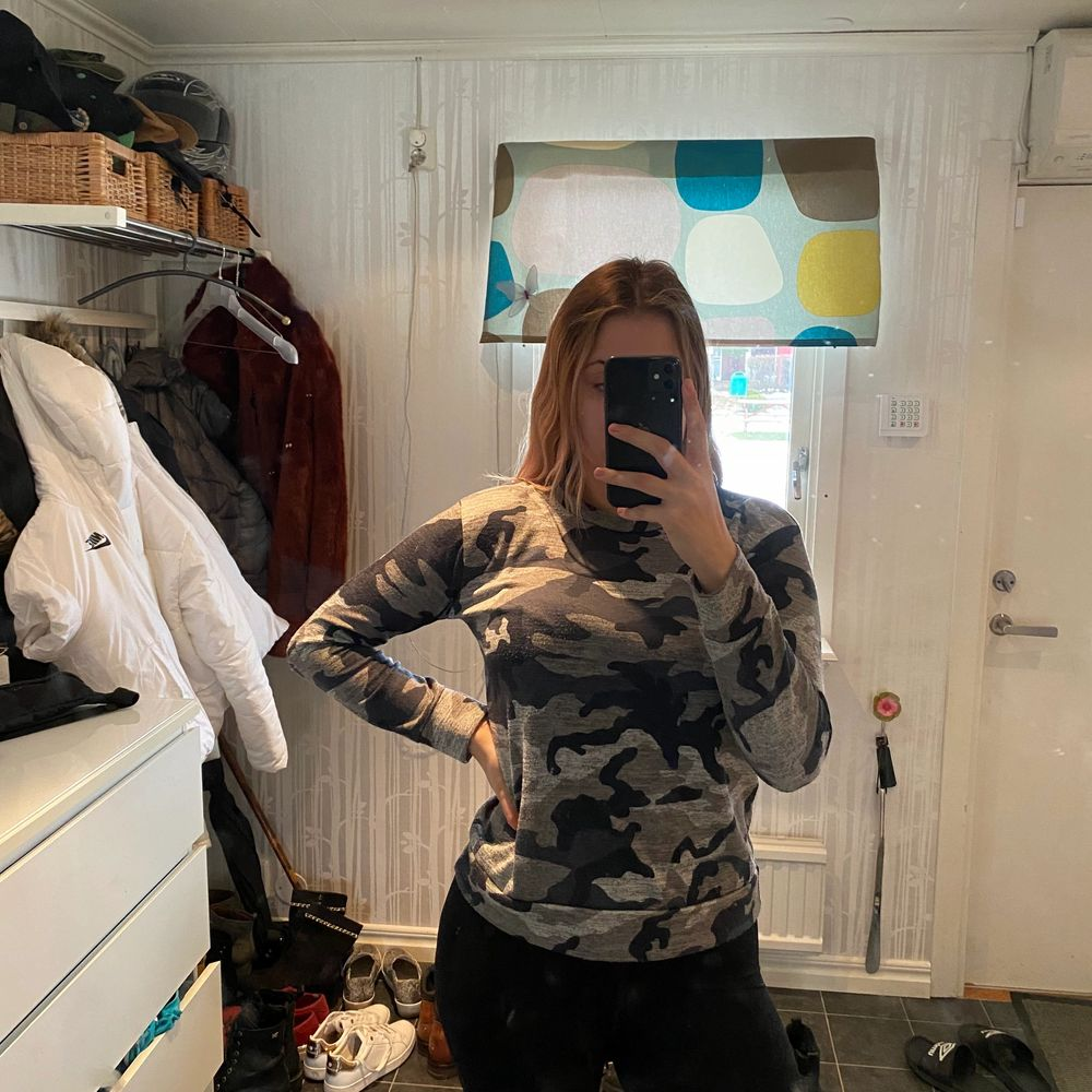 Säljer denna sweatshirt från Madlady i storlek M. Jag är 176cm lång. Säljer den för 75kr. Köparen står för frakten.. Tröjor & Koftor.