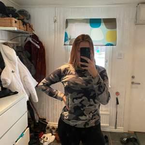 Säljer denna sweatshirt från Madlady i storlek M. Jag är 176cm lång. Säljer den för 75kr. Köparen står för frakten.