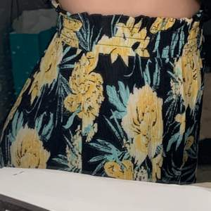 Populära tunna o sköna blommiga byxor 💛 köpte i somras, stretchiga & fint skick! (Mitt innebensmått är ca 77cm)