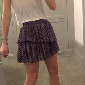 En otroligt fin kjol från Maje i toppen kvalite! Fint mönster som är lätt att matcha och funkar både barbent och med strumpbyxor!!