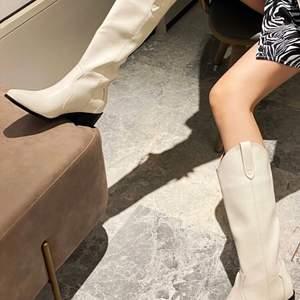 Svin snygga boots i strl 36, aldrig använda endast testade! Säljer pga för liten storlek :) (köpare står för frakt, kan även mötas i sthlm)