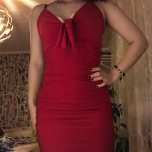 bodycon röd klänning köpt från rebecca stella. använd väldigt sparsamt, formar kroppen väldigt fint