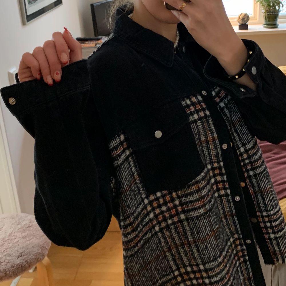 Jeansjacka med stickat rutmönster från Zara i strl S.  Använd 1-2 gånger. . Jackor.