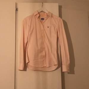 Säljer nu min jättefina gant skjorta i stl 34. Den är aldrig använd så den är i jättefint skick.