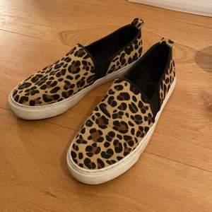 Leopard slip-ons storlek 39-40. Fint skick, nästan aldrig använda. Buda💘 flyttar så vill bli av med!