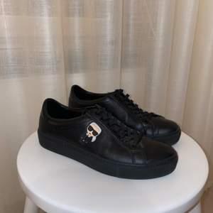Säljer mina Karl Lagerfeld sneakers. Använda kanske 5 gånger, så de är i väldigt bra skick. Nypris för denna modell ligger runt 1500kr. Frakt går att ordna men då läggs det till på priset✨ priset kan även diskuteras