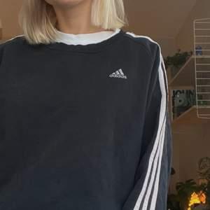 En vintage Adidas sweatshirt från 90-talet. Går att stylas på många sätt och är av bra kvalité. Storlek M, bärs oversized av mig som är S.