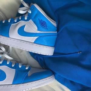 Blåa custom Jordan mids i storlek 38. Går att köpa på min instagram, stainscustoms. 💙