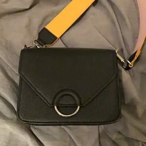 En svart väska men band som går att ändra håll och färg på! Väldigt rymlig och i mycket bra skick då den inte använts mycket