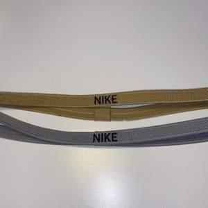 OBS ENDAST DET GULDIGA KVAR!! Två sporthårband från Nike. Det silvriga är knappt använt alls, medan det guldiga har använts mycket. Båda är i väldigt fint skick. Köparen står för frakt!🌟