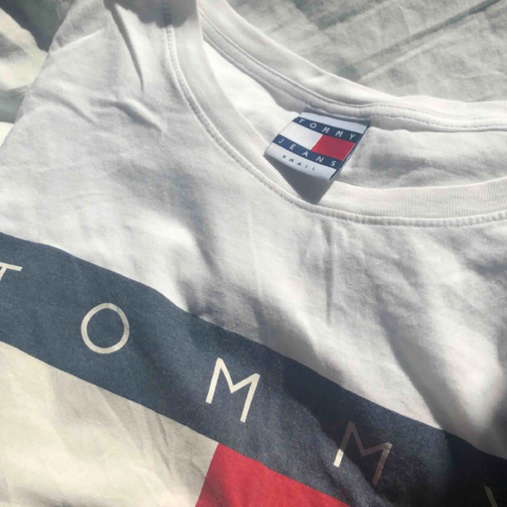Snygg och populär Tommy hilfiger t-shirt. Använd cirka 5 gånger. Bra kvalitet. Nytt pris 549kr. T-shirts.