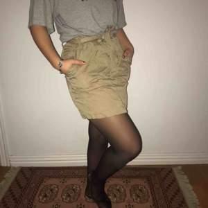 En kjol som inte gör sig rättvisa på bild. Men är militärgrön med ett knytbälte i midjan och fickor. Jättefint skick!💜🤠 Frakt: 80kr