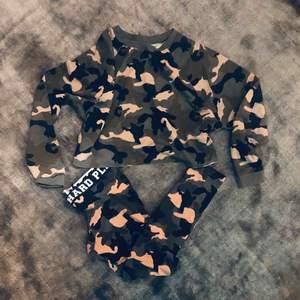 Helt nytt mysigt hemma sett✨ Leggings i M och oversized cropped college tröja i L. Jag själv är S men valde mysigare och större alternativ till hemmet🤗  300kr med frakt eller möts upp i Stockholm.