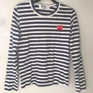 Jag säljer en mörkblå-randig Comme des Garçons tröja i storlek XS. Köpt för 1200kr. Tröjan är i bra skick utan skador. Använd ett antal gånger men säljer den för att den är för liten.