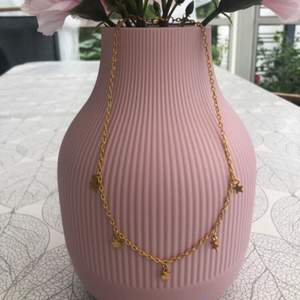 Säljer detta set med stjärnhalsband och nickelfria stjärnörhängen i guldfärgat. Kan även säljas separat om det önskas men om de köps i set är det billigare🌸 det är HEMTILLVERKAT och säljs billigt för att alla ska ha råd💕