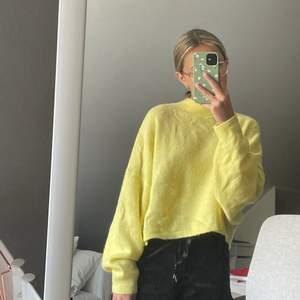 Säljer denna mysiga gula tröjan från Bik Bok. Väldigt mysig och snygga.