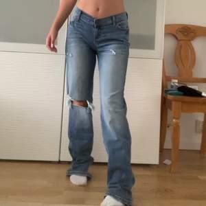 """Super snygga lågmidjade jeans från FashionNova. Jätte bekvämt att de går upp vid ryggen. Helt nya och lite förstora så måste tyvärr sälja dem. Jätte """"flattering"""" och skit snygga på kroppen man känner sig som värsta ⌛️😩har även samma i svart på min sida. midja 69cm, innerben 83 (väldigt stretchiga)"""