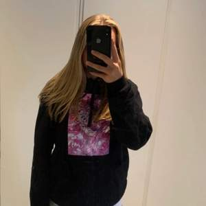 The cool elephant hoodie flower girl svart. Använd fåtal gånger, bra skick förutom att the cool elephant trycket bakom luvan är lite slitet efter luvan som har legat över, men syns inte. Storlek s  💖 ordinarie pris 500 kr ⭐️ ⭐️ ⚡️
