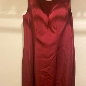 En vinröd balklänning med en lång sleeve & öppen rygg. Passar dig som är mellan 150-165cm. Använts 1 gång.