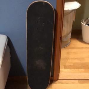Skateboard köpt i Malmö! Säljer för jag använder den aldrig! Kan måla något annat på den om man vill men det kostar 30 kr extra💕 Köparen får stå för frakten<33