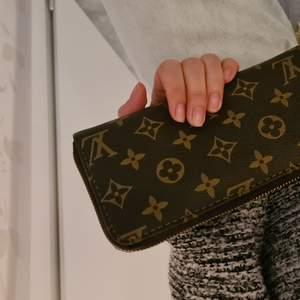 Som sagt tror det är en LV plånbok kopia. Material leather monogram aldrig använt, guld dragkedja med logo.