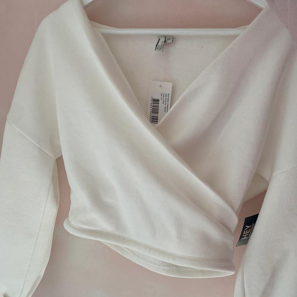 Aldrig använt tröjan prislappen sitter även kvar storlek XS men är som en S, säljer pågrund av för stor på mig (står ej för frakten) 💕. Tröjor & Koftor.
