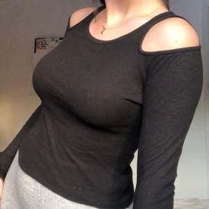 Ribbad svart cold shoulder tröja från HM. fins i xs och s