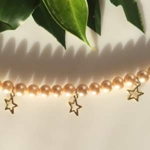 Halsband med guldpärlor och blixtrar, lås på givetvis. 29kr + 12kr frakt