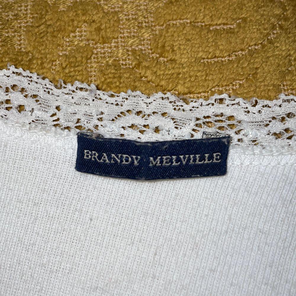"""Vit långärmad Brandy Melville tröja/kofta i mycket gott skick (använd fåtal gånger!!), säljer då jag knappt använder den. står """"one size fits all"""" storleksvis men skulle tippa på att den ligger runt XS-S. tar emot bud och kan även byta mot andra klädesplagg, frakt diskuteras! <3. Tröjor & Koftor."""