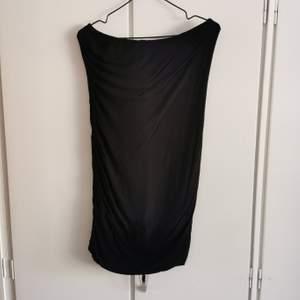 Kort slinky klänning i mjukt stretch material från rut m. fl.. Använd ett fåtal gånger. Storlek S. 30kr.