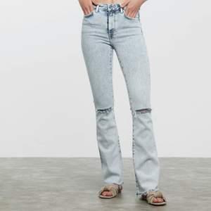 Säljer ett par jeans som ej kommit till användning, Dom är endast testade (som nya), Köpta på bikbok modellen heter Flare Zenit och är helt slutsålda, säljer jeansen för 100kr då dom är som nya+frakten 96kr vilken innebär ett par som nya jeans för 196kr🥰för mer bilder skriv privat