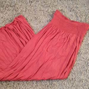 En rödbrun långkjol med hög slits. Köpt från fashionnova och endast använd en gång så i gott skick. Storlek xs men passar även S. Jag var en liten xs på bilden (gammal bild) men bär idag S och den passar fortfarande.