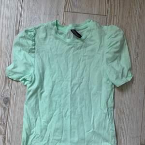Skitsnygg topp / tshirt från hm med puffärm, storlek s. Knappt använd⚡️