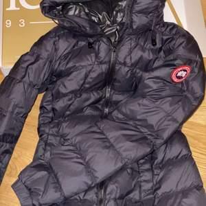 Hej! Säljer min jacka pågrund av ingen användning. Jag köpte den för 6000 men säljer den för bra pris vid snabb affär. Jackan är varm och i bra skick. Använd endast två gånger och kvittot finns.
