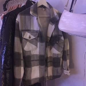 Jätttesöt grönrutig jacka från Boohoo. Säljer då det inte riktigt är min stil. Storlek S, men passar även M.