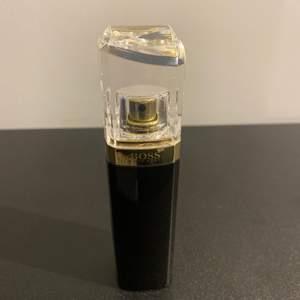 """Hugo Boss Parfym """"Nuit Pour Femme"""" oanvänd Säljer min Hugo Boss parfym då den inte passar mig i smaken. Fick den i födelsedagspresent därför är den utan låda"""