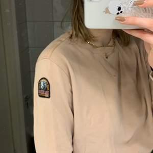 Fleece tröja från para jumper. Använd få gånger mo ser inprincip helt ny ut. Fin ljusrosa/beige färg.  Jag är 188 cm o har Storlek L . Nypris ca 1400