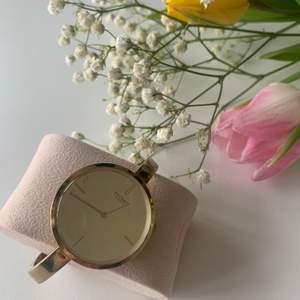 Fin guldfärgad armbandsklocka från Axcent. Går inte att anpassa storleken eftersom den är mer som ett stålarmband. Jättefin och inga repor på den. Kostade ny ungefär 400-500kr. Mitt pris är 100kr