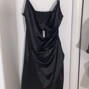 Super snygg klänning från nelly.com. Säljer pga att jag aldrig fått andvänding  för den. Prislappen sitter kvar. Storlek L men passar även M eftersom den är ganska så tight. Köptes för 399 men säljer för ca 200.  pris går o diskutera