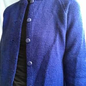 Hemstickad blå kofta, ull.