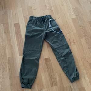 Ett par jättesnygga militär gröna byxor, aldrig använt