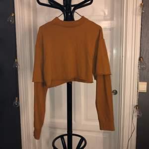 Svinsnygg croppad sweatshirt i skitsnygg färg