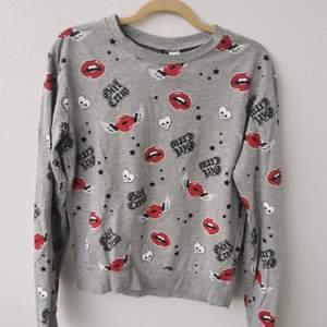 Cool sweatshirt med grå botten och några tryck med med bla texten girl crew. Strl S. Den är i jätte fint skick! Inga hål eller fläckar. Köparen står för frakten och jag tar alltid 2 kr för emballage. 100kr eller Bud.