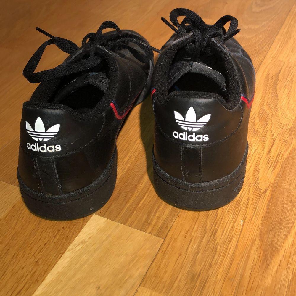 Helt oanvända svarta skor från Adidas i storlek 42. Köpta för 1100kr men som sagt helt i nysskick och säljer för endast 200kr.😇. Skor.
