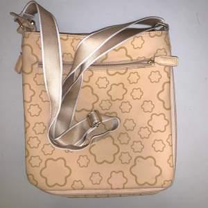 Fin väska med nyanser av beige i form av blommor! Väskan är justerbar och kan göras mindre och större med hjälp av en dragkedja! Banden är ockås justerbara! ❤️ måtten på väskan är 30x26cm